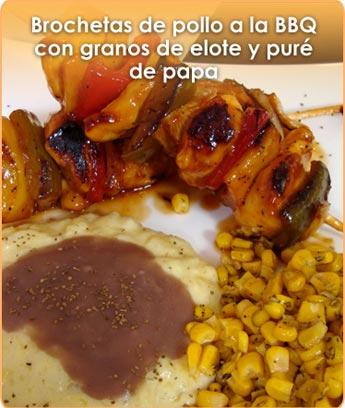 BROCHETAS DE POLLO A LA BBQ CON GRANOS DE ELOTE Y PURÉ DE PAPA