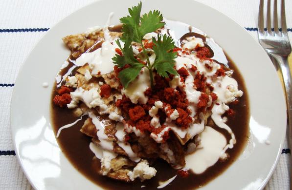 chilaquiles con chorizo en salsa de frijol