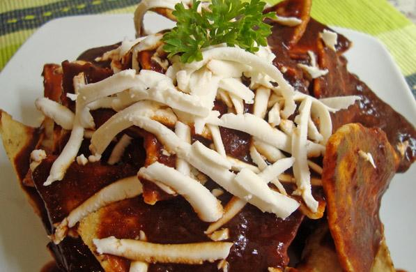 chilaquiles en salsa de chile pasilla