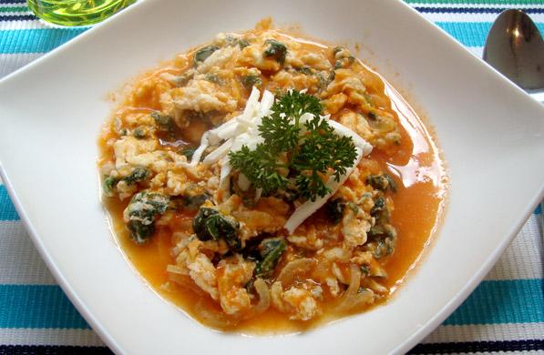 claras con espinacas y salsa de jitomate