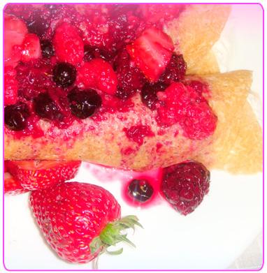 crepas de queso cottage en salsa de frutas rojas