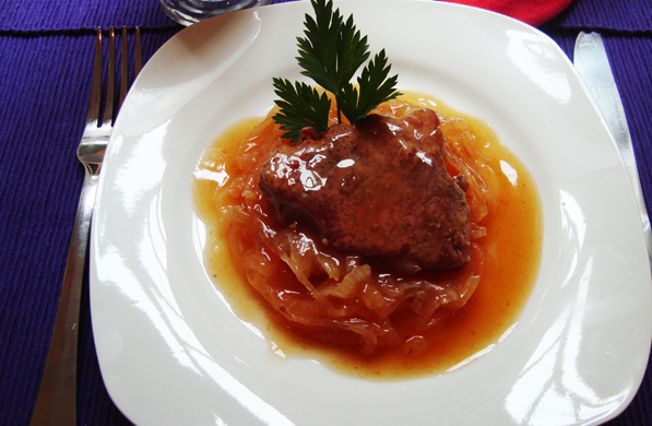FILETE DE RES CON CEBOLLAS CARAMELIZADAS