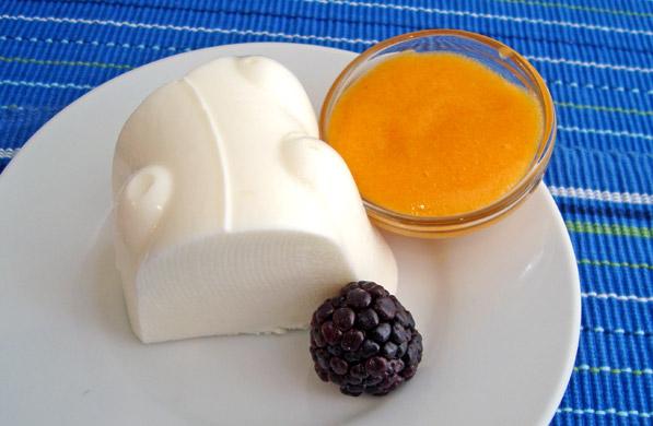 gelatina de yogurt con salsa de durazno