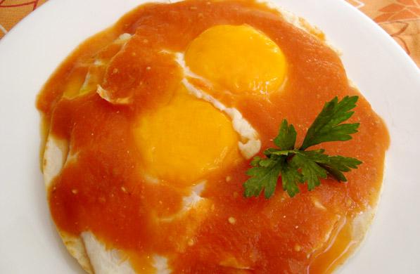 huevos montados con salsa roja