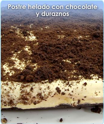 POSTRE HELADO CON CHOCOLATE Y DURAZNOS